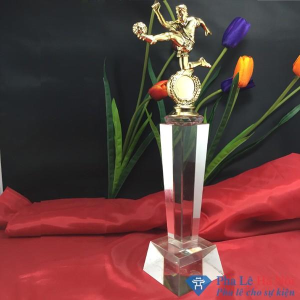 Cúp pha lê thể thao hình cầu thủ bóng đá mạ vàng