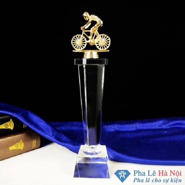 Cúp Pha Lê Hình Người Đua Xe Mạ Vàng thân lục giác