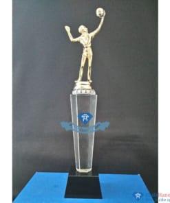 Cúp pha lê thể thao cầu thủ bóng chuyền mạ vàng thân lục giác chân đen