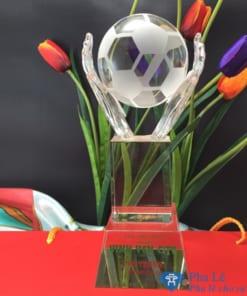 Cúp pha lê thể thao bàn tay nâng trái bóng đá khối vuông