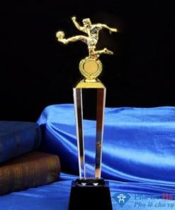 Cúp pha lê thể thao cầu thủ sút bóng mạ vàng thân lục giác đen