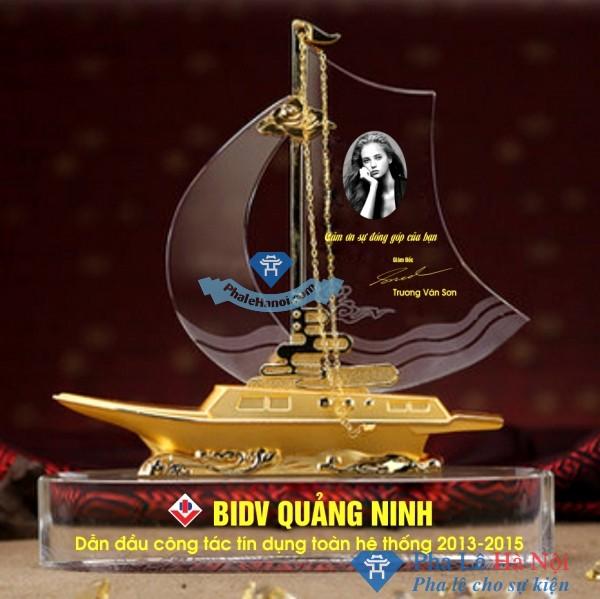 Kỷ niệm chương pha lê thuyền buồm mạ vàng