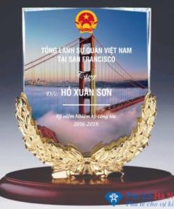 Kỷ niệm chương pha lê nguyệt quế vàng đại sứ quán