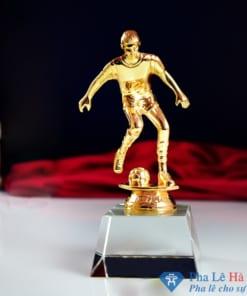Cúp pha lê thể thao cầu thủ đá bóng mạ vàng