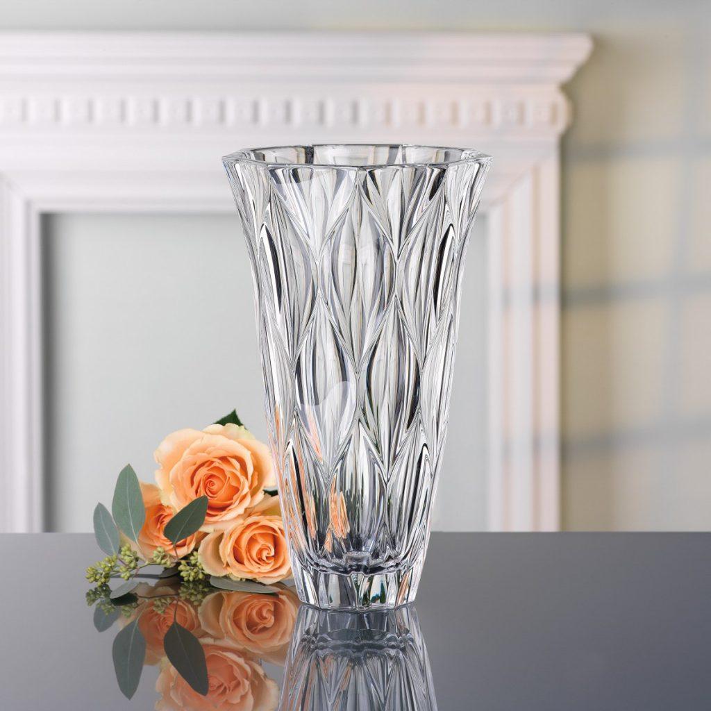 Bình cắm hoa pha lê đẹp là một trong những vật trang trí nhà không thể thiếu ngày nay