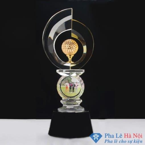 Cúp pha lê thể thao đỉnh tròn đính golf vàng
