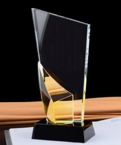 Kỷ niệm chương pha lê thân vát chéo đính lá màu vàng