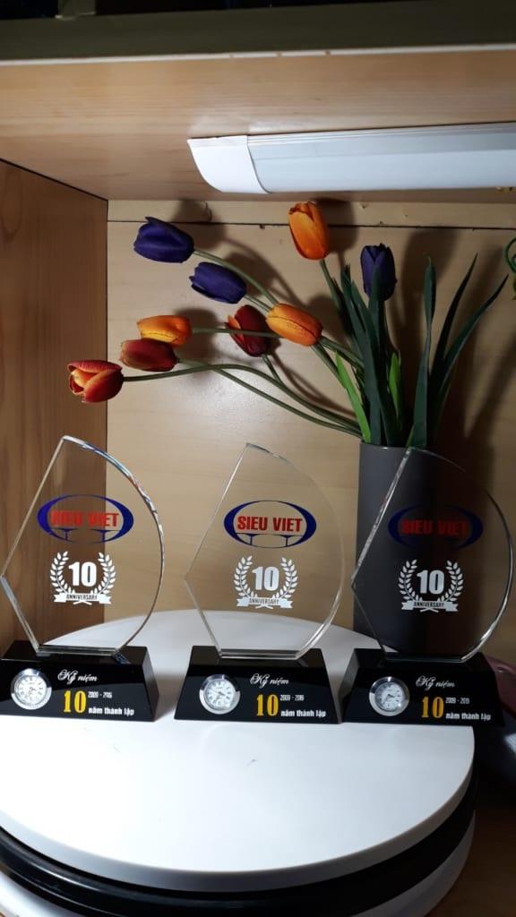 acc9d5ae929d70c3298c 576x1024 - Kỷ niệm chươngpha lê thuyền buồm chân gắn đồng hồ ,đồng hồ pha lê, cung cấp cho công ty TNHH Siêu Việt 80 kỷ niệm chương pha lê thuyền buồm chân đen gắn đồng hồ và đồng hồ pha lê ngày 08/03/2019