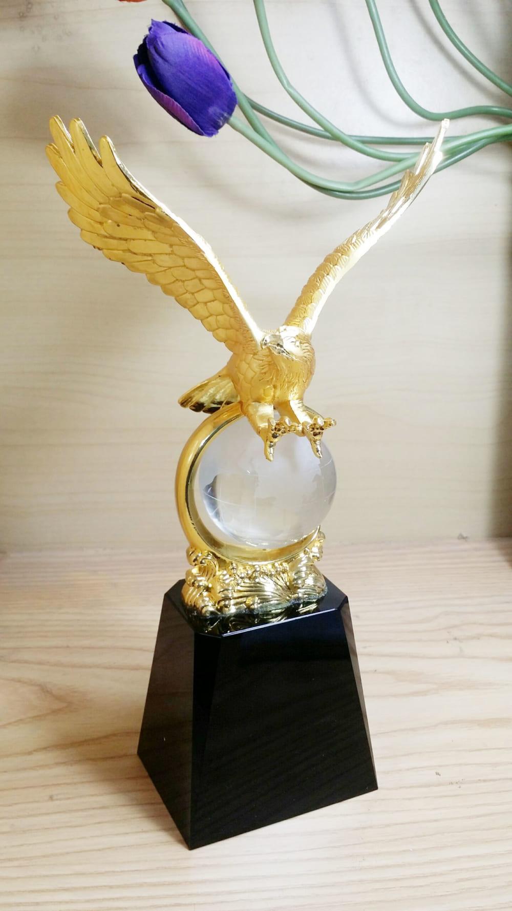 Hình ảnh Cúp golf pha lê đại bàng mạ vàng