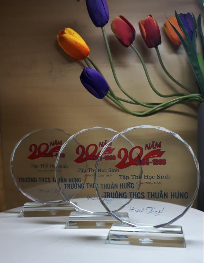 4427b526432ba475fd3a 796x1024 - Kỷ niệm chương pha lê mặt nguyệt cung cấp cho trường THCS Thuần Hưng kỷ niệm 20 năm ngày ra trường ngày 24/08/2019 Số lượng 100 chiếc