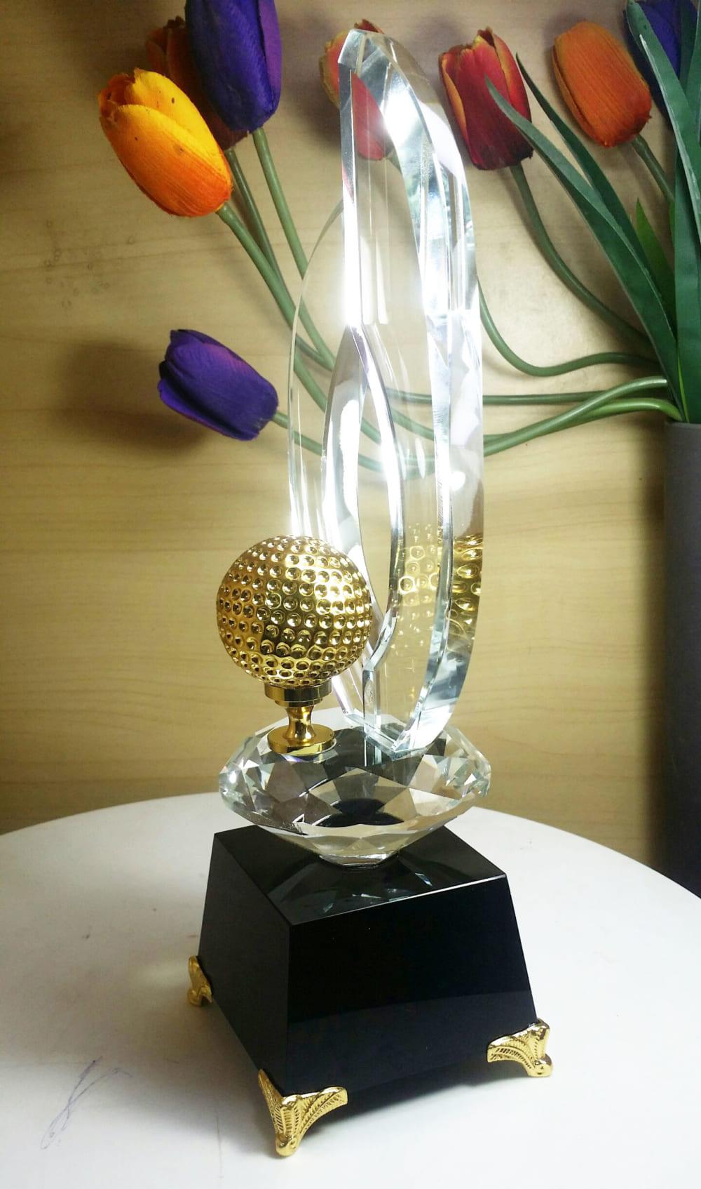 Hình ảnh cup golf bóng vàng