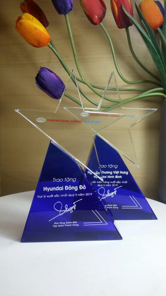 efaf324b11eaf5b4acfb 576x1024 - Kỷ niệm chương pha lê ngôi sao chân đế xanh , cung cấp cho công ty Cổ Phần Hyundai Thành Công số lượng 20 chiếc , ngày 01/08/2019