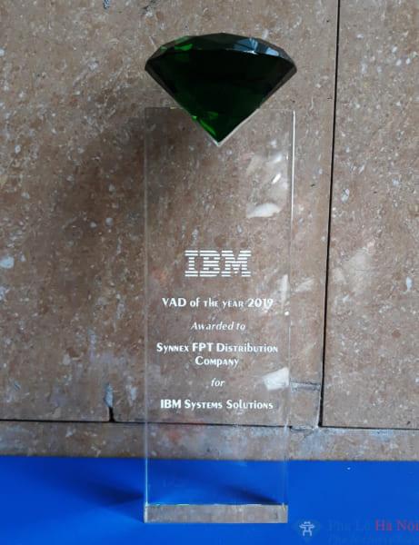 Cup vinh danh pha lê IBM