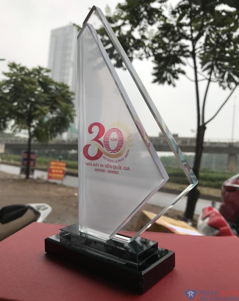 z2400221972111 2da4c566abce435c56918a42364b2d09 - Kỷ niệm chương pha lê Nhà máy in tiền Việt Nam